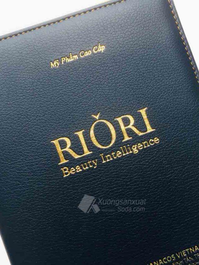 Sổ Tay Mỹ Phẩm RIORI 194 – Sổ Lò Xo Nhét Bìa Da Ép Nhũ Vàng