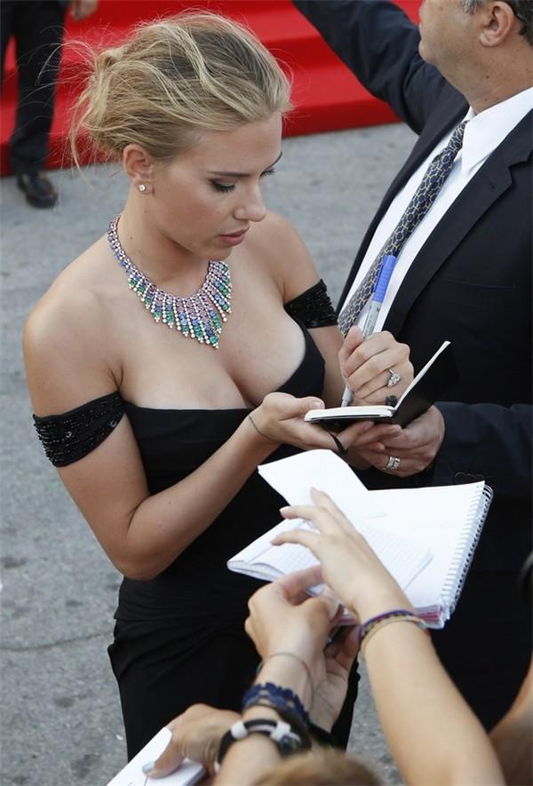 Scarlett Johansson ký tên tặng người hâm mộ bằng tay trái