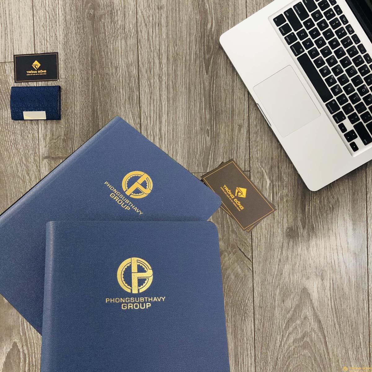 Logo PHONGSUBTHAVY GROUP được ép nhũ vàng nổi bật trên nền xanh của sổ bìa da