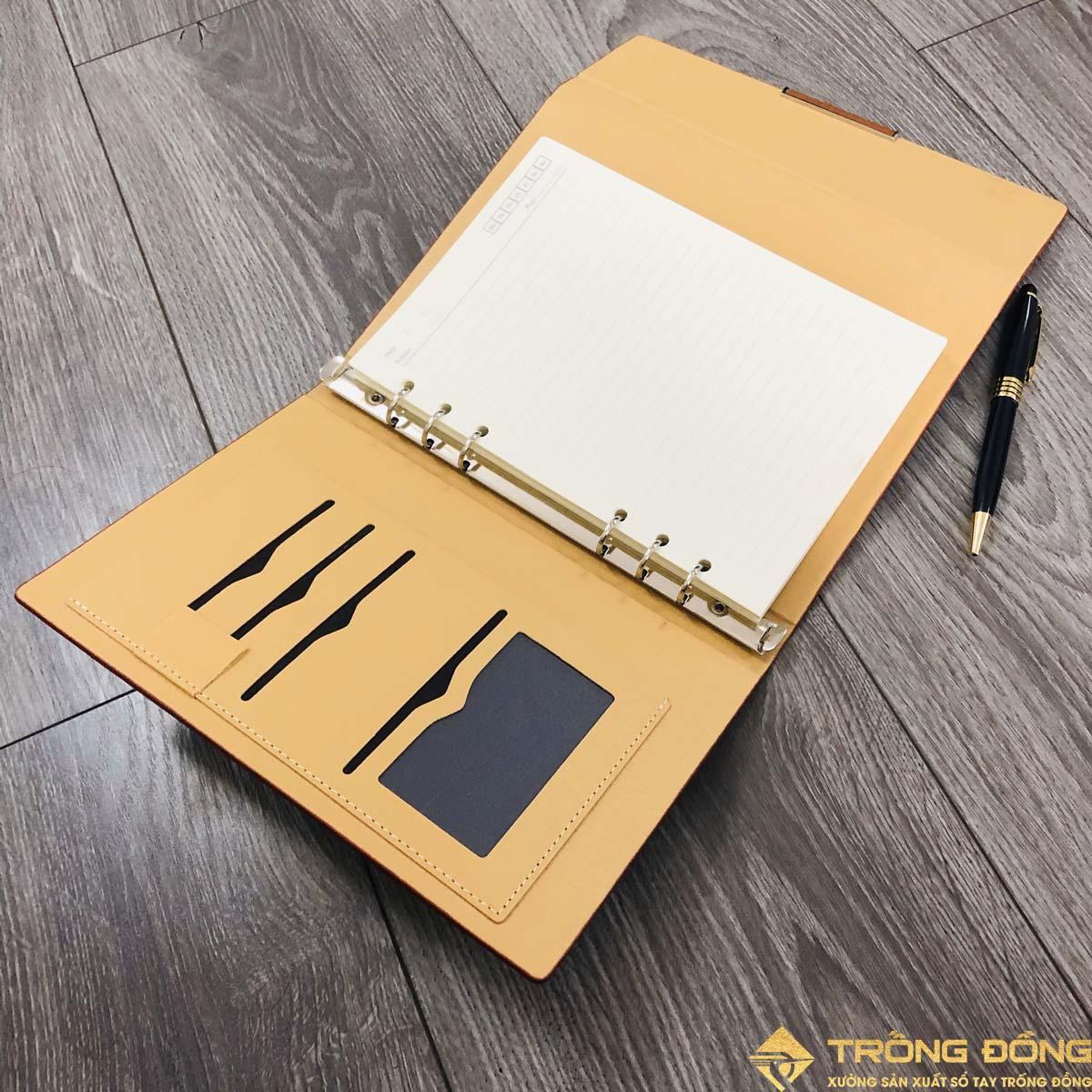 Bên trong bìa sổ có các ngăn đựng thẻ name card và quai cài bút