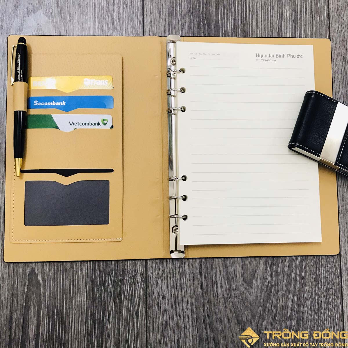 Bên trong sổ có các ngăn đựng card và bút viết