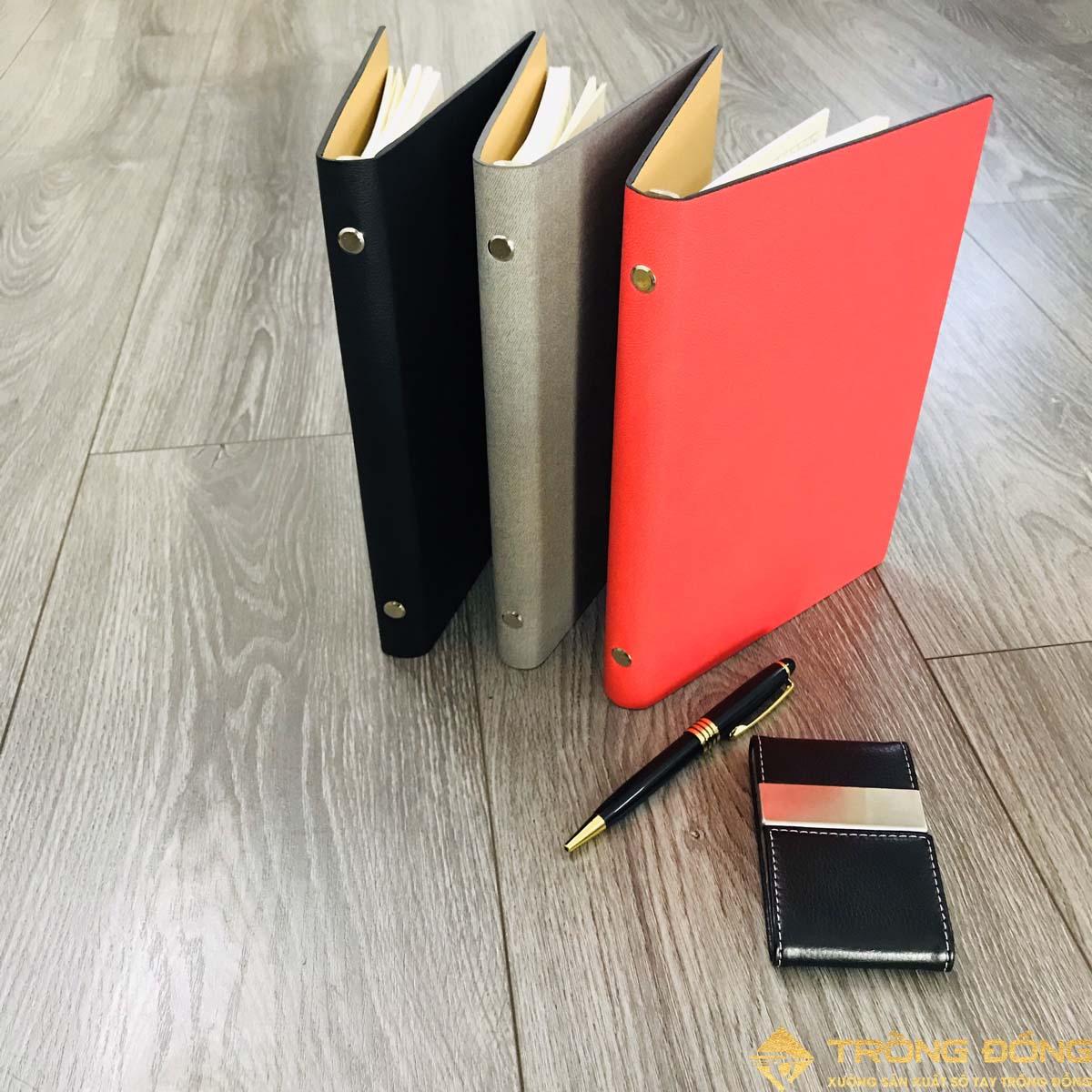 Sổ bìa da được lăn sơn cạnh làm cuốn sổ càng sang trọng và cao cấp hơn.