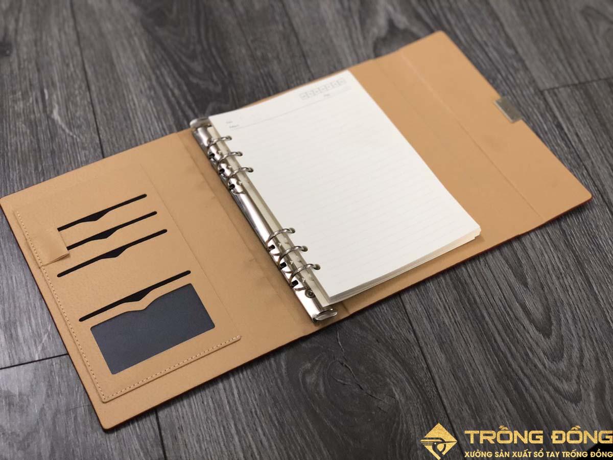 Các ngăn tiện lợi đựng name card, quai cài bút và ngăn phụ đựng giấy tờ