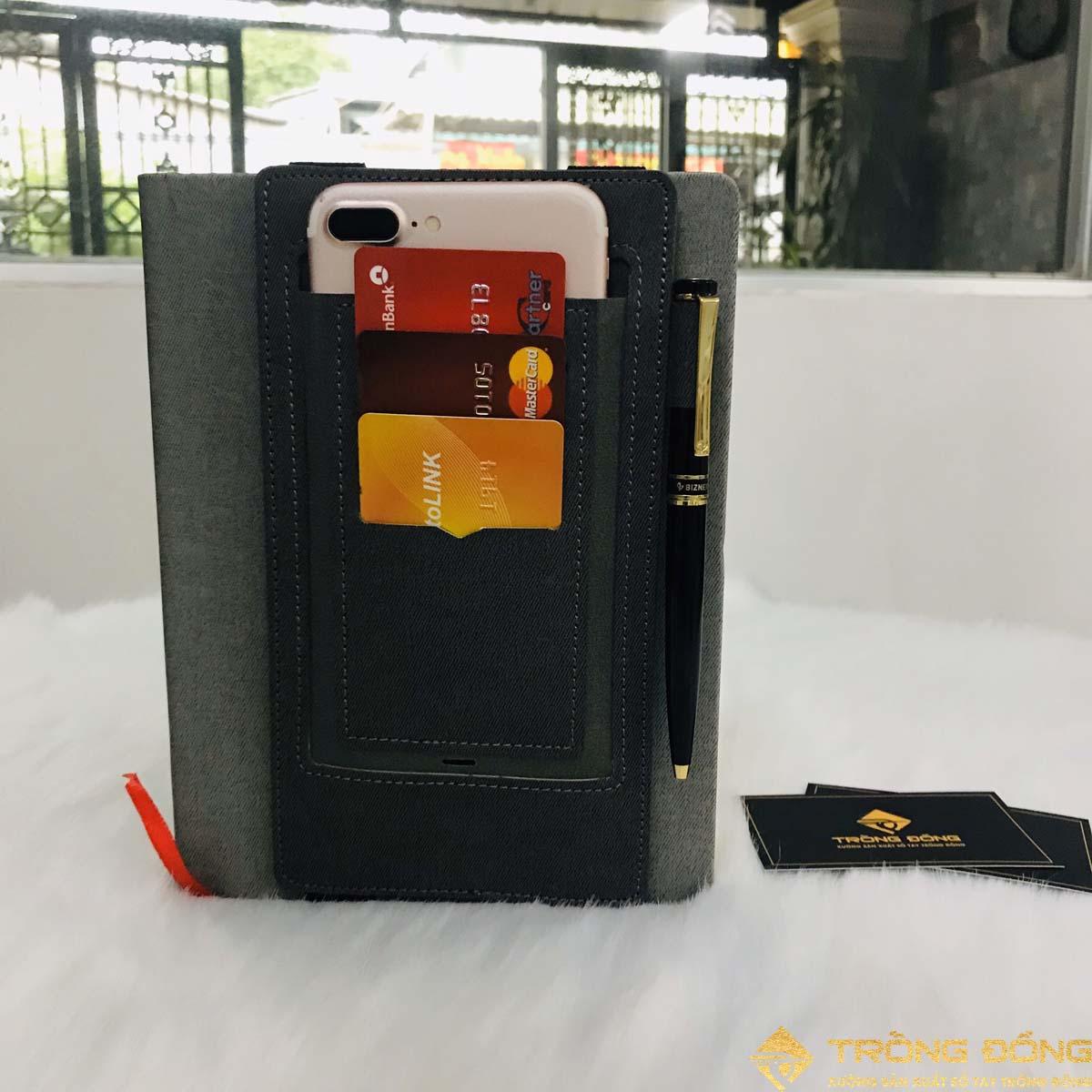 Ngăn đựng chứa thẻ ATM, card visit, điện thoạ và bút một cách tiện lợi