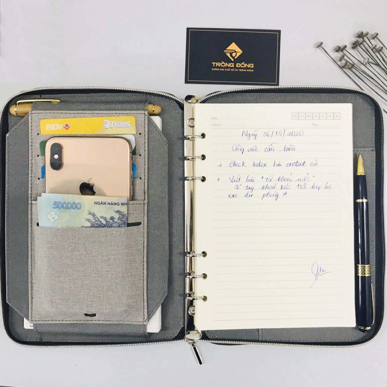 Sổ có 5 nhỏ ngăn đựng các thẻ card, điện thoại một cách ngăn nắp.