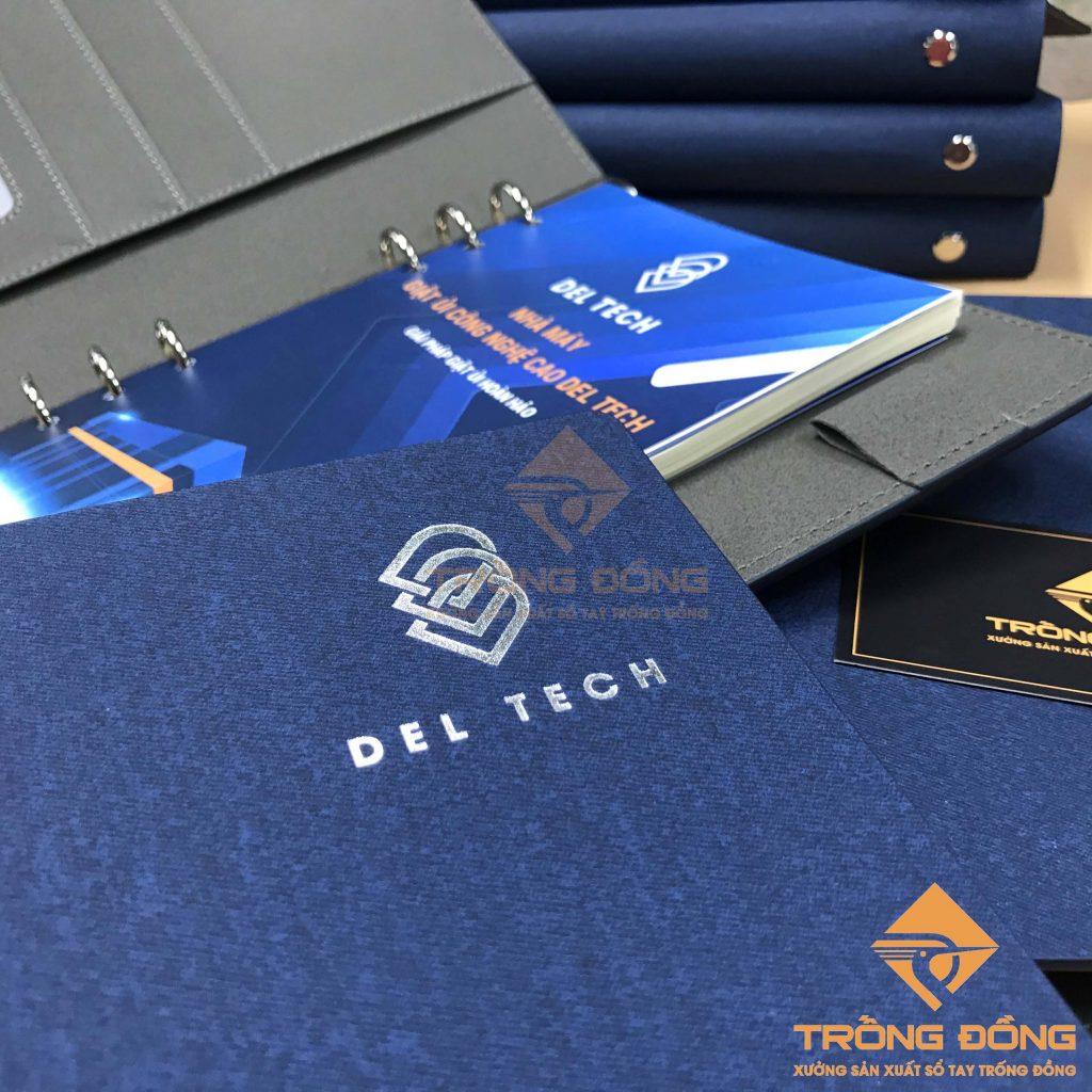 Logo DEL TECH được ép nhũ bạc một cách tinh tế và nổi bật trên bìa sổ