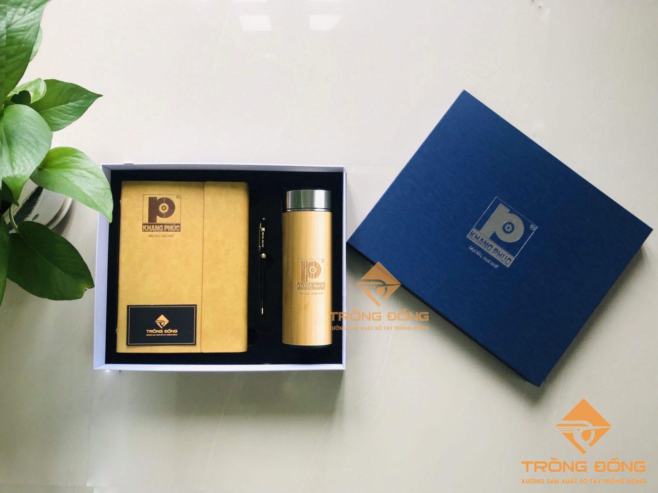 Bộ quà tặng cao cấp: Giftset sổ tay bìa da kèm bút kim loại và bình giữ nhiệt vỏ tre khắc logo theo yêu cầu.