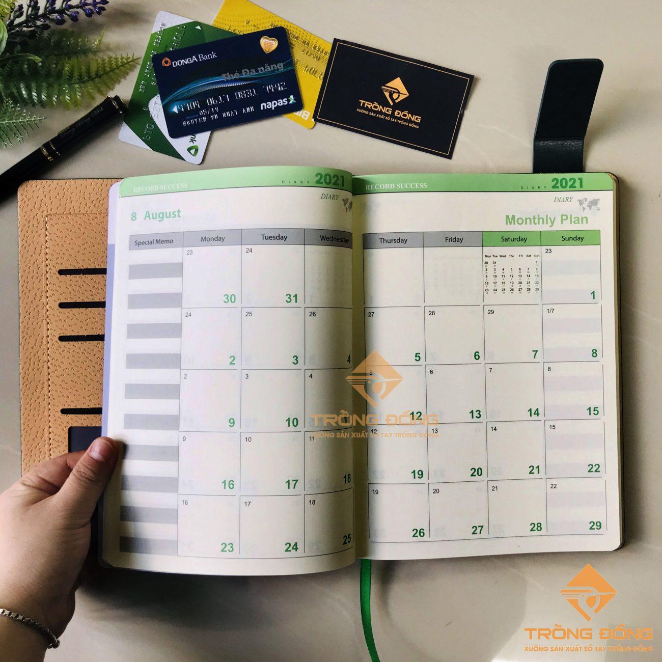 Một số trang in lịch năm và mục ghi chú cho người dùng.