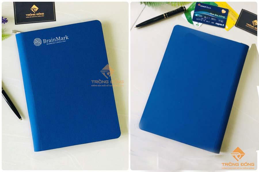 Mặt trước và sau của sổ da bìa còng BrainMark - 219 màu xanh dương.