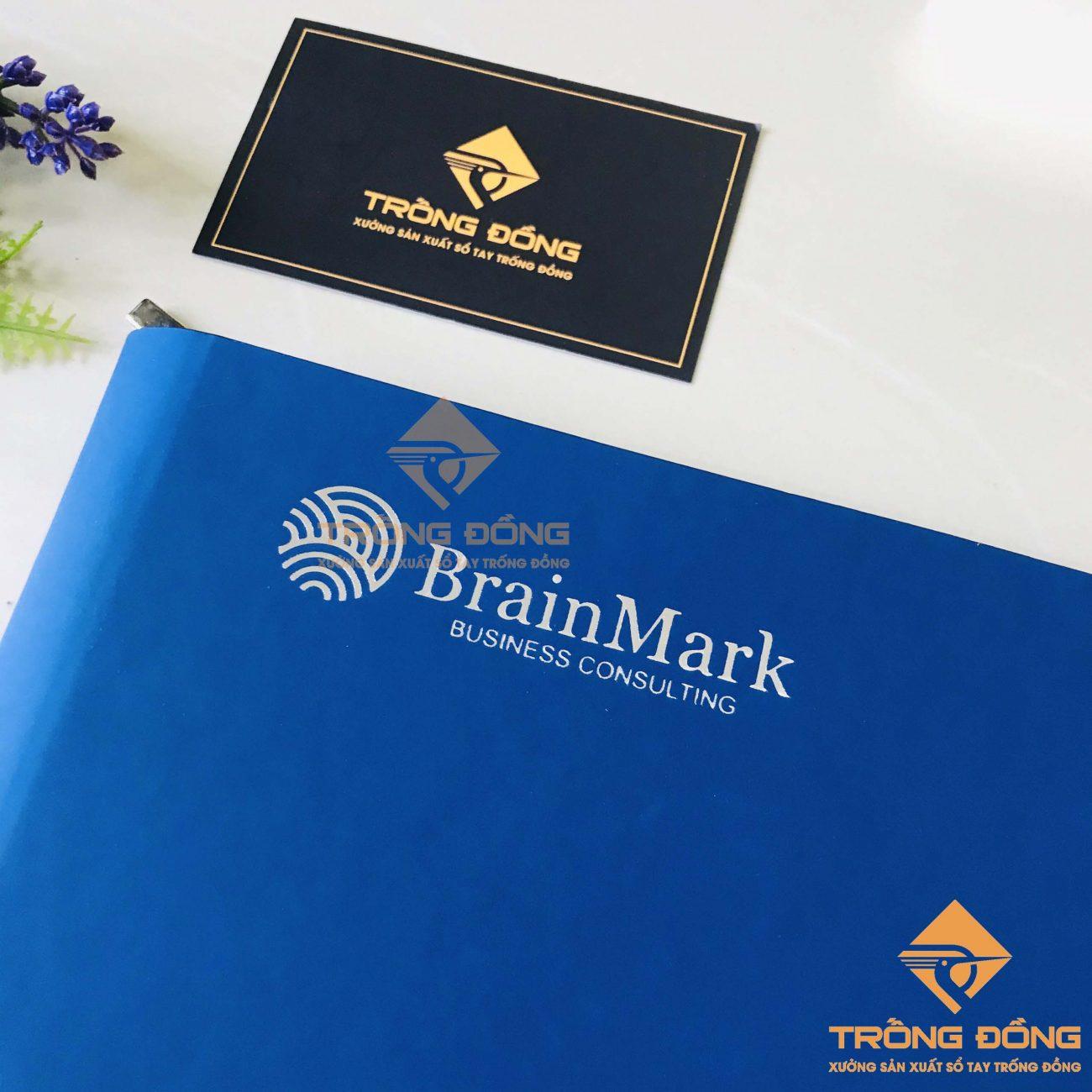Logo được ép nhũ bạc nổi bật trên nền da màu xanh dương mang lại cảm giác sang trọng và thanh lịch.