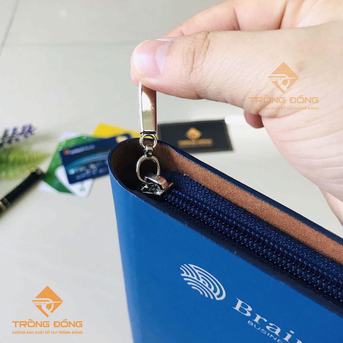Phần khóa kéo êm trơn giúp bảo quản bút viết cùng các tài liệu một cách tối ưu.