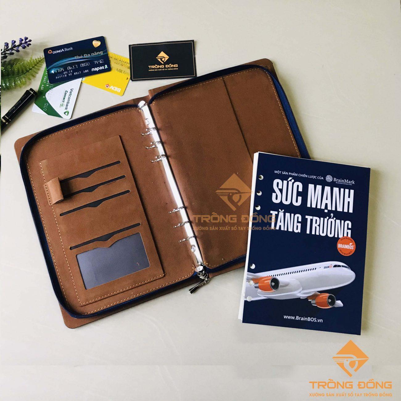 Bên trong bìa sổ có các ngăn đa năng đựng thẻ card và giấy tờ tiện lợi.