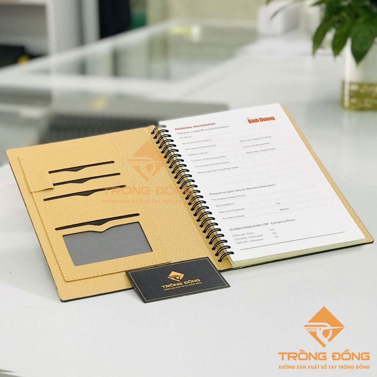 Thiết kế các ngăn đựng và quai cài bút của sổ tay lò xo bìa da.