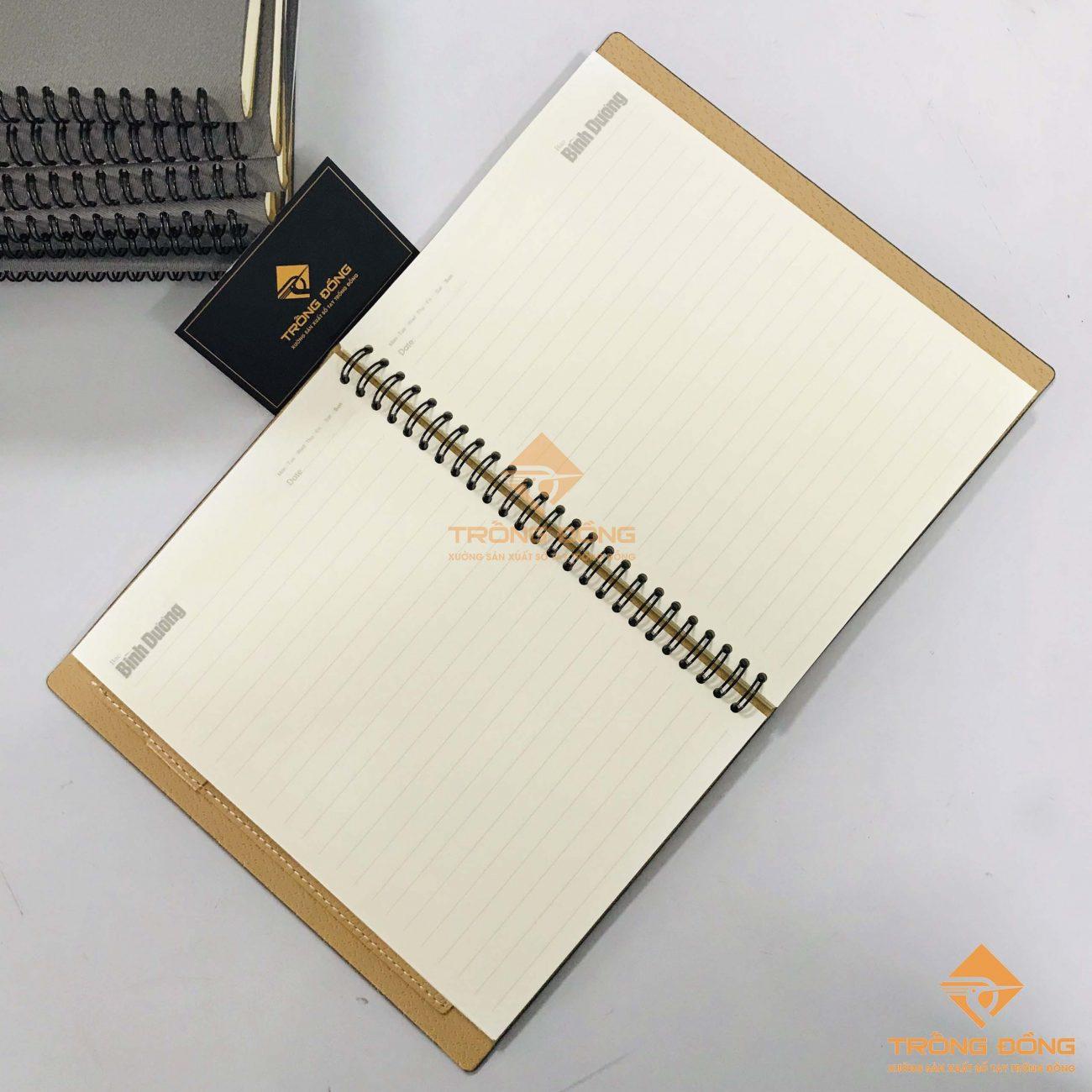 Phần ruột sổ tay lò xo bìa da được thiết kế và in ấn theo yêu cầu của khách hàng.