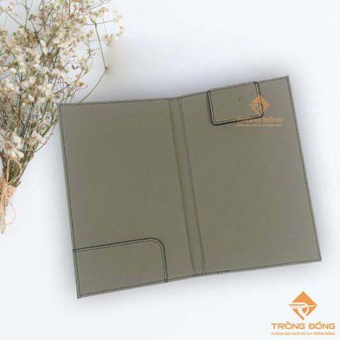 Bìa kẹp bill cao cấp được làm bằng da simili có tai gấp kẹp bill và thanh kẹp giữ tiền.