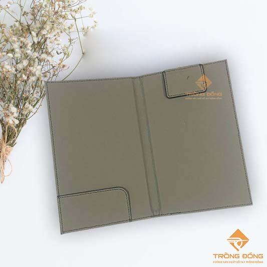 Bìa kẹp bill bằng da simili màu xám có tai gấp kẹp bill và thanh kẹp giữ tiền.